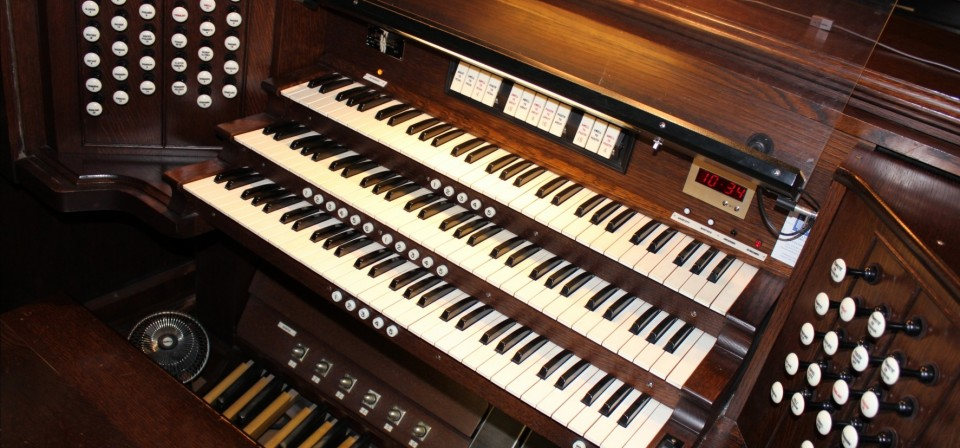Pipe organ keyboard